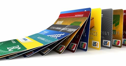Зарплати і пенсії на банківських картках українців можуть заарештувати: в НБУ назвали причини